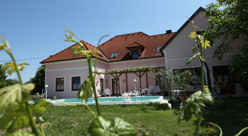 Weingut Zöhrer - Garten mit Hauspool
